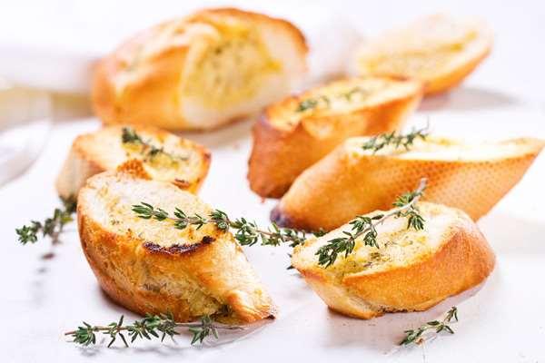 Чесночные гренки: запекаем по совету повара за минуты