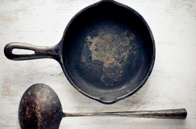 Одной чугунной сковородки хватит на всю жизнь: смазываем маслом и просто прокаливаем