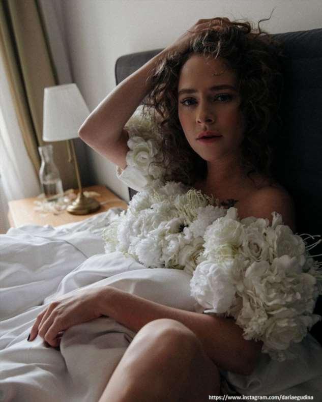 Аглая Тарасова устроила обнаженную фотосессию в постели