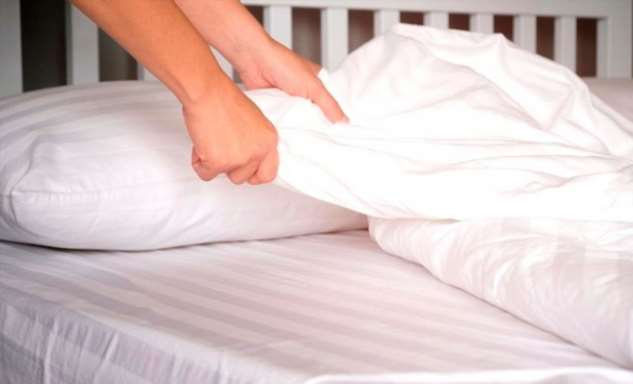 Теперь заправляю кровать только влажными простынями… Атрюку этому научила знакомая горничная изотеля!