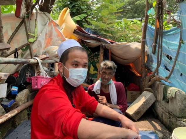 Мир не без добрых людей: мужчина обеспечил жильем семью, которая жила под мостом