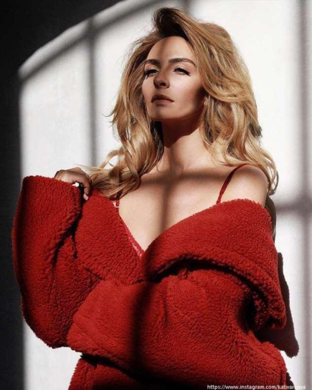 Екатерина Варнава показала фото в голом платье