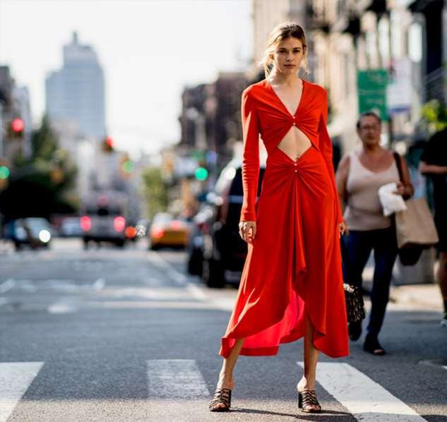 С чем носить платья макси в городе: 15 примеров