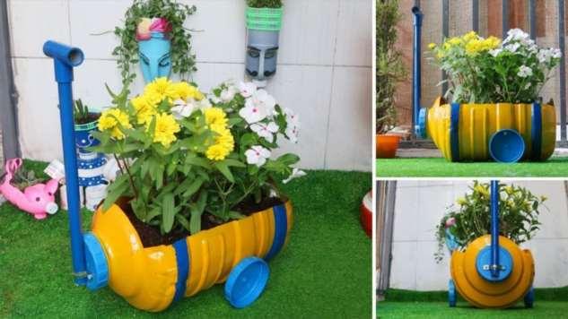 Хозяйка садового участка сделала поразительно красивый декор из пластиковой бутылки