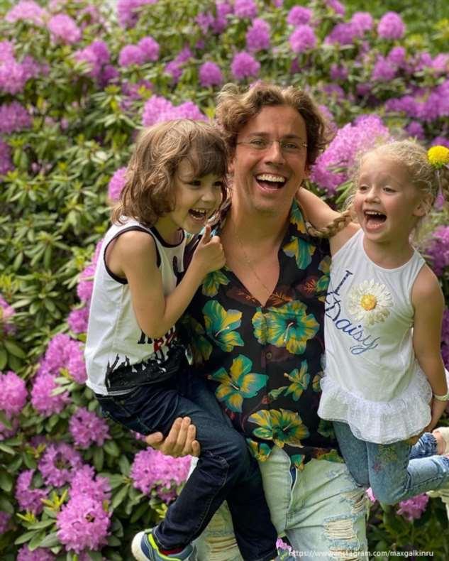 Максим Галкин забавно повеселил своих детей  «неудачной ловлей ореха ртом»