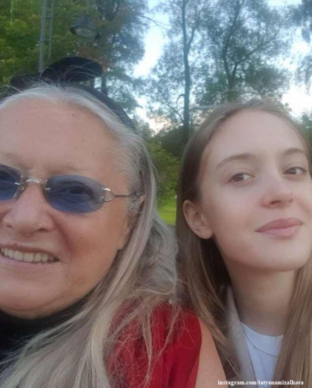 Супруга Никиты Михалкова опубликовала архивные кадры с любимой внучкой в день ее рождения