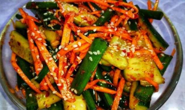 Корейская закуска ко всему: режем огурцы и морковь тонкой соломкой
