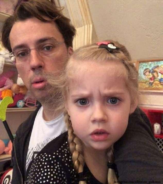 «Модель!»: Максим Галкин запечатлел дочь Лизу в разных позах у стога сена