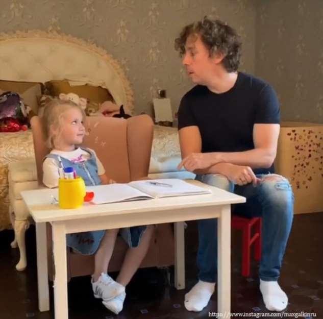 Максим Галкин показал, как занимается с дочерью французским языком