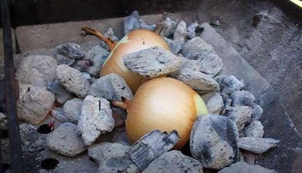 Вкусняшка с углей: какой деликатес можно приготовить из обычного лука
