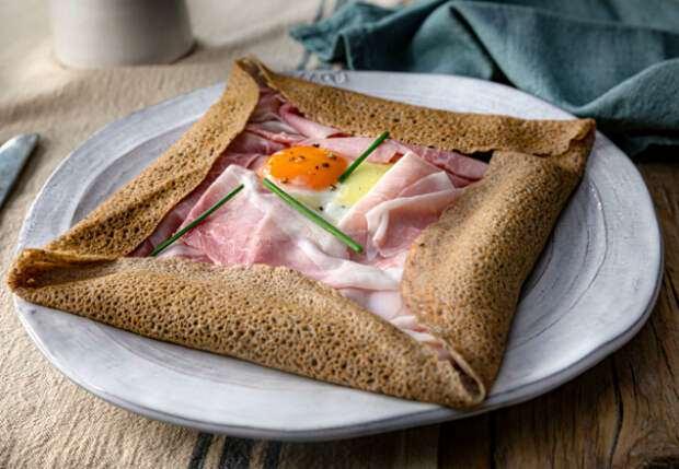 Яичница поверх блина: рецепт из Франции