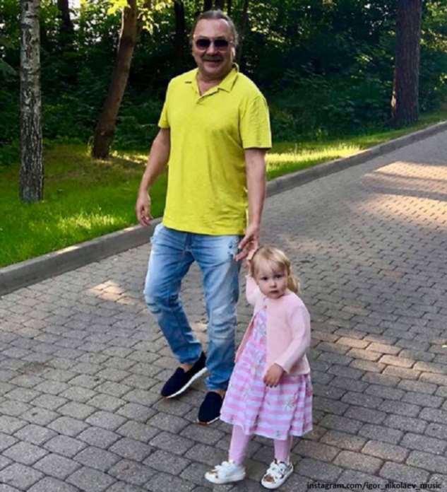 Дочка Игоря Николаева за рулем автомобиля покатала собаку