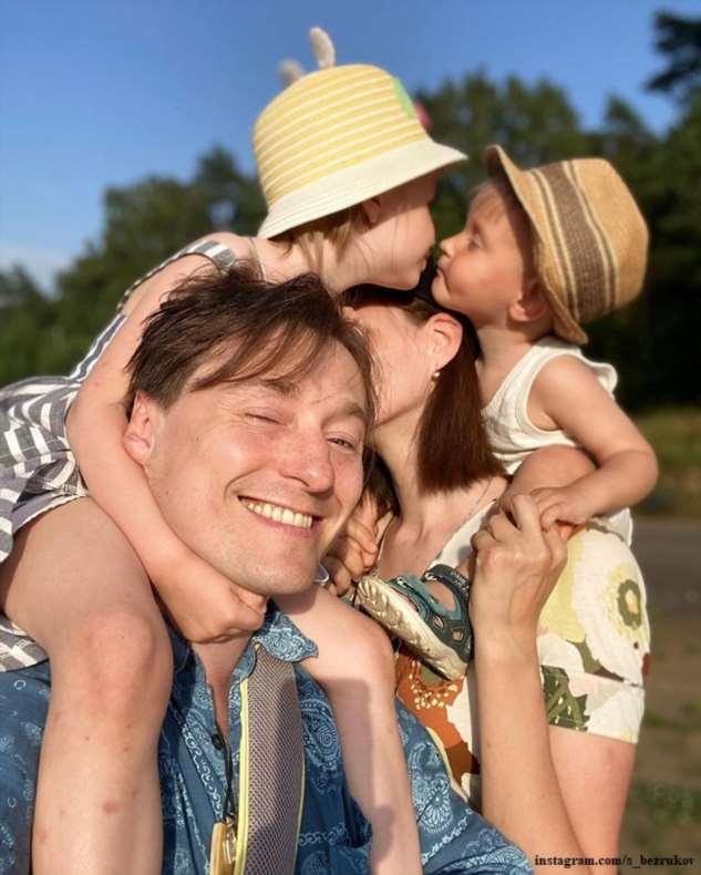 Сергей Безруков прогулялся с семьей по осеннему лесу