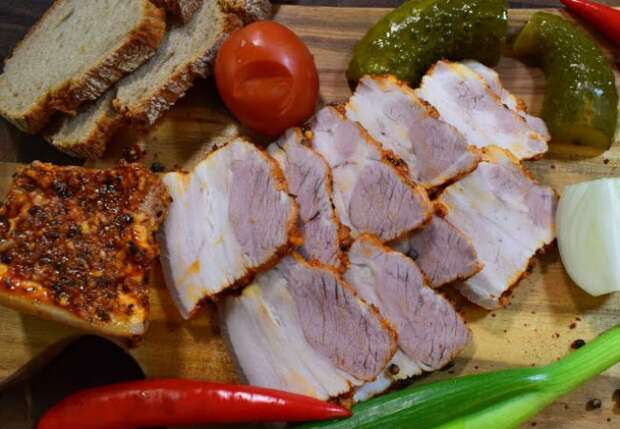 Замена колбасе за 15 минут: кладем два килограмма грудинки в кипящую воду