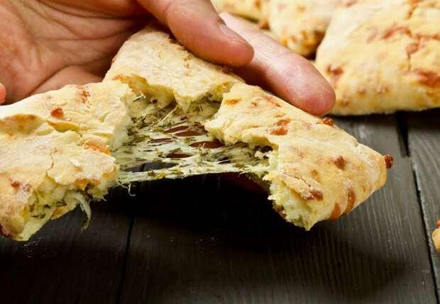 О хлебе уже забыли, выпекаем вместо него треугольники с сыром на кефире