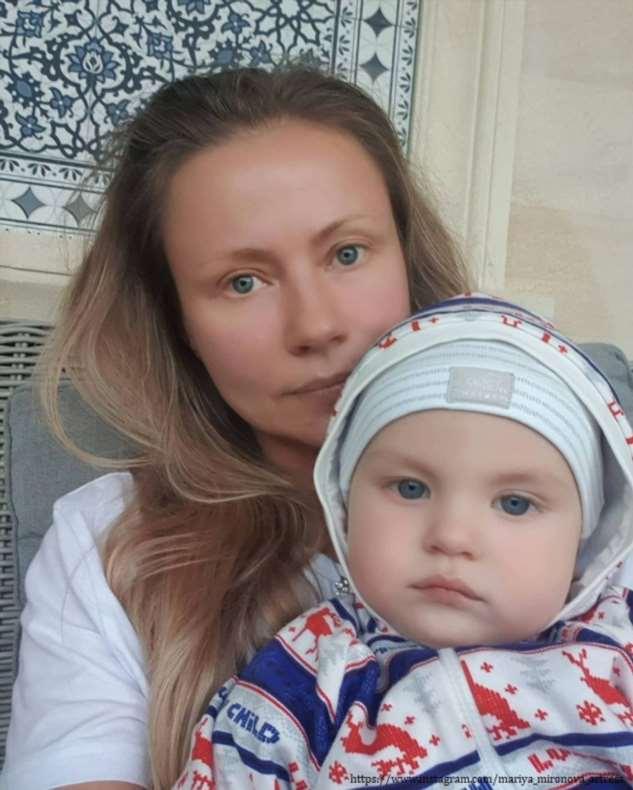 Мария Миронова показала, как гуляет с уже подросшим сыном за ручку