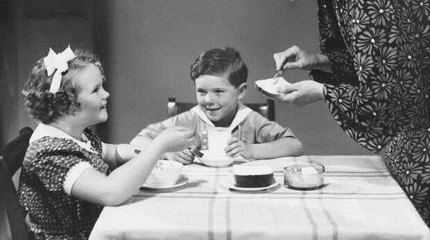 Почему некультурно есть, положив локти на стол?